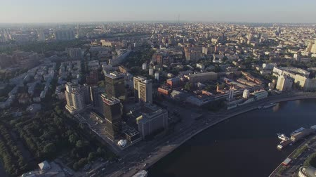 moscow panorama : Quadrocopter fly over Moscow river, panoramic view of city in summer sunny evening. Modern edifices. Stock Footage