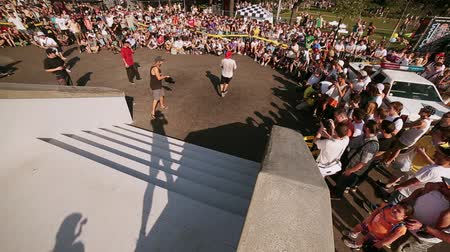 deskorolka : Skater jump from stairs, make flip, get spill at summer festival. Skateboard ride into audience. Green park. Sunny day. Contest