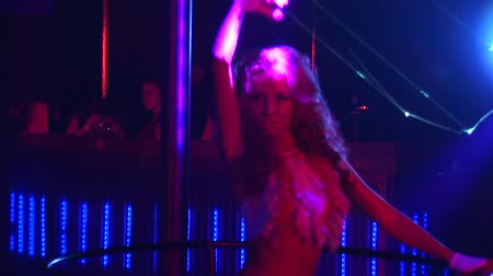 kudrnatý : Slim go go dancer with curly hair in bikini dance in crowded nightclub. Look in camera. Zoom in out. Spotlights beams