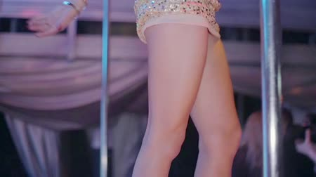 nogi : Legs of go go girl in glowing suit on stage of nightclub. Slow motion. High heels Wideo