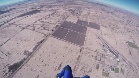 pára quedas : Professional skydiver opens parachute in air, fly above Arizona. Sunny day. Extreme sport.