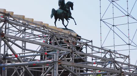 eljárás : Workers building stage for summer event on street in Saint Petersburg. Monument. Sunny day Stock mozgókép