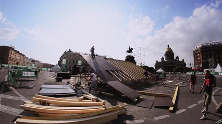 eljárás : Workers building stage for summer event on street in Saint Petersburg. Sunny day. Isaak Square