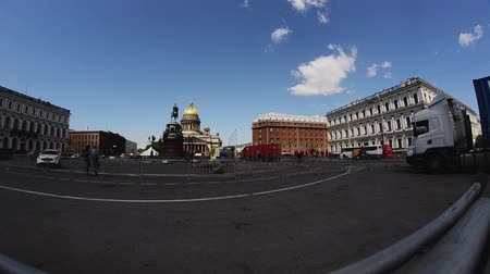 eljárás : Men building stage for event on street of Saint Petersburg. Timelapse. Workers. Sunny day.
