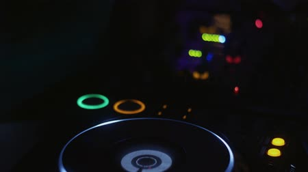 ночная жизнь : Dj in headphones spinning at turntable on party in nightclub. Disk. Rotating. Cheering Стоковые видеозаписи