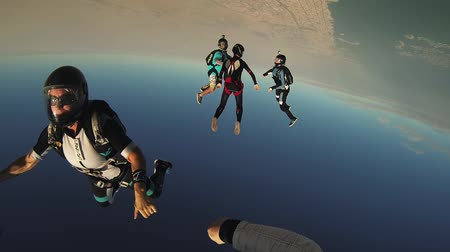extremo : Group of skydivers make formation in blue sky. Sunny day. Extreme sport. Stunt. Flight