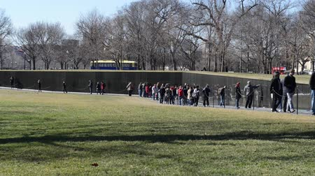 gedenksteen : WASHINGTON DC-17 februari: namen op de oorlog in Vietnam Veterans Memorial op 17 februari 2013 in Washington DC, Verenigde Staten. Het memorial ontvangt ongeveer 3 miljoen bezoekers per jaar.