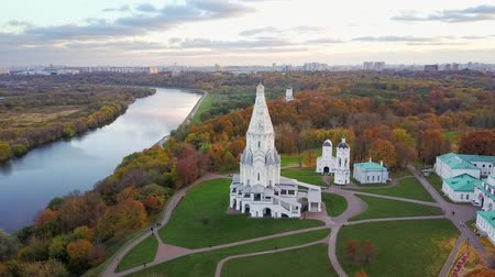 határkő : Church of the Ascension in Kolomenskoye park in autumn season (aerial view), Moscow, Russia Stock mozgókép