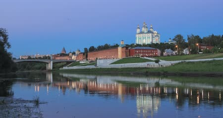 Smolensk in the evening. Kremlin wall and cathedral reflecting in Dnepr river (zoom in view) Стоковые видеозаписи
