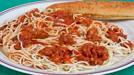massa : Spaghetti dinner with a bread stick