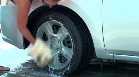 gąbka : Washing the tire of a car
