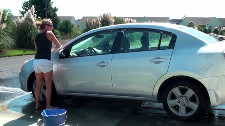 myjnia : Woman washing her car on a warm day Wideo