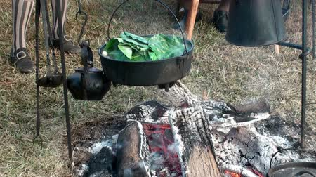 kamp ateşi : Cooking greens over a open fire