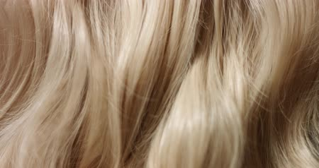 peruca : Close up video of womans long wavy blond hair Vídeos