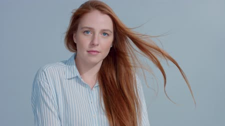 ruivo : gingerhead red hair, ginger hair model with blue big eyes in studio with blowing hair in slow motion from 60fps. Beauty straight shiny hair blowing, Stock Footage