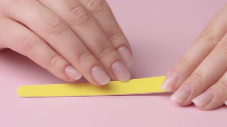dosyalama : woman filing her nails. Emery board for nail filing Stok Video