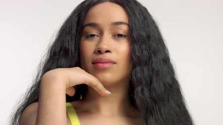 boetseren : beauty mixed race african american model in studio portraits with long hair wigCloseup portrait of mixed race model put her chin on her hand and watching to the camera