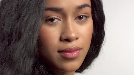 peruka : profile portrait of mixed race model turning to the camera with blowing hair Wideo