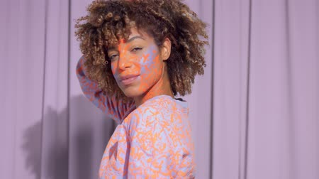 definição : panned dolly portrait of authentic mixed race model with neon makeup. new beauty concept Stock Footage