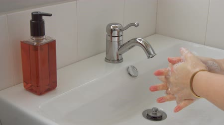 longontsteking : female hands closeup washing in home bathroom. Personal hygiene concept Stockvideo