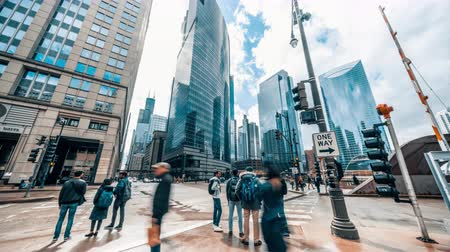 дорожный знак : 4K UHD time-lapse of road intersection in business district Chicago, USA. People walking and car traffic transport across streets. American city life concept