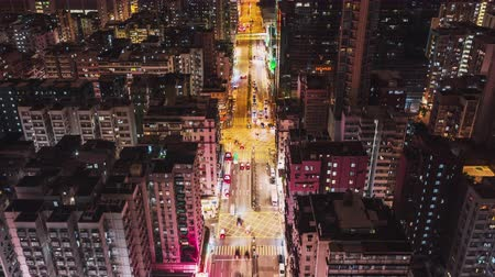 teknolojileri : 4K UHD Hyperlapse time-lapse of car traffic on road and people walking at night in Hong Kong downtown district, drone aerial dolly top view. Commuter, Asia city life, or public transportation concept
