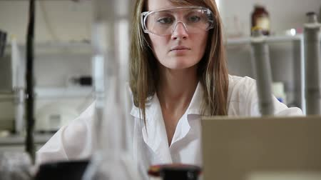 naukowiec : Woman scientist in the lab Wideo