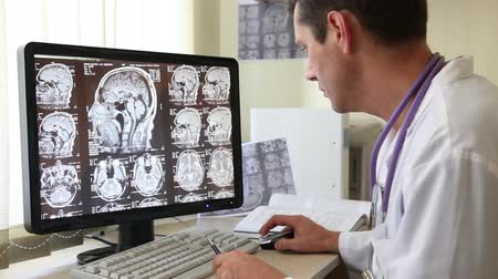radiologia : Doctor in Hospital Examining CT scan