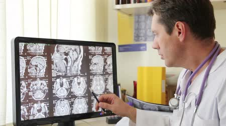 radiologia : Doctor Describes CT scan in Hospital at Screen Vídeos