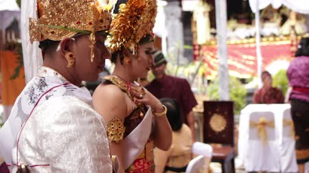 rahip : BALI, INDONESIA - AUGUST 17, 2018: People on a traditional balinese wedding ceremony, Indonesia.