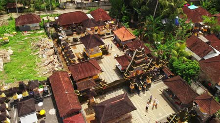 bewerken : Flying with drone over balinese traditional temple. 4K aerial view footage, no edit. Stockvideo