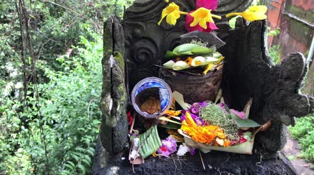 ладан : Balinese hindu altar with traditional offerings to gods. Tropical island of Bali, Indonesia.
