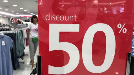 クリアランス : Discount sign plate in the store. Shopping mall. 4K footage. Retail, sale, market.