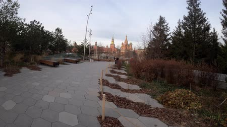 charging : MOSCOW, RUSSIA - NOVEMBER 24, 2019: Zaryadye Park, Moscow, Russia. Kremlin Stock Footage