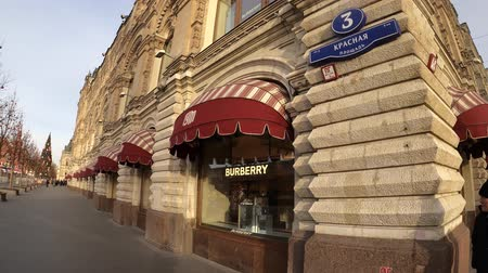 камедь : MOSCOW, RUSSIA - NOVEMBER 24, 2019: Burberry luxury store in a GUM on a red square. Стоковые видеозаписи