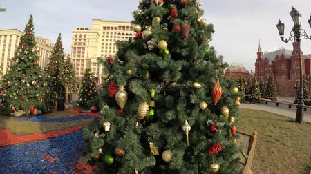 мрачный : MOSCOW, RUSSIA - NOVEMBER 24, 2019: Christmas trees on Manezhnaya square, Kremlin, Red Square. Стоковые видеозаписи