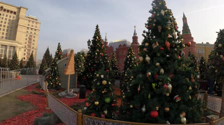MOSCOW, RUSSIA - NOVEMBER 24, 2019: Christmas trees on Manezhnaya square, Kremlin, Red Square. Стоковые видеозаписи