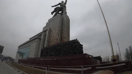 MOSCOW, RUSSIA - NOVEMBER 24, 2019: Worker and Kolkhoz Woman Steel monument at cloudy weather. Стоковые видеозаписи