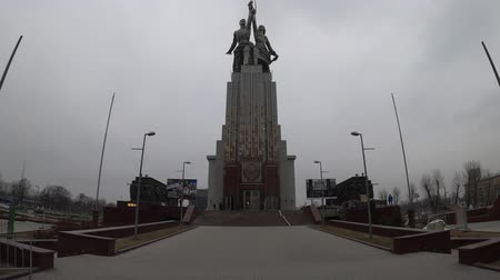 kalapács : MOSCOW, RUSSIA - NOVEMBER 24, 2019: Worker and Kolkhoz Woman Steel monument at cloudy weather. Stock mozgókép