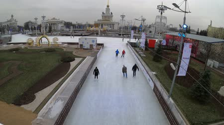látogatók : MOSCOW, RUSSIA - NOVEMBER 27, 2019: Big city ice skating rink at VDNKh.