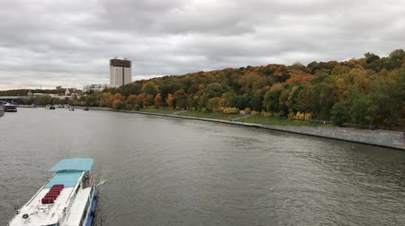 kreml : MOSCOW, RUSSIA - DECEMBER 10, 2019: Ship on Moscow river at autumn time. Dostupné videozáznamy