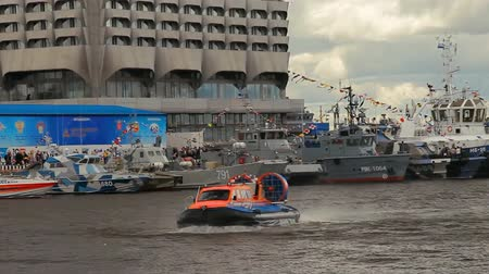 sivil : SAINT-PETERSBURG, RUSSIA - 2 JULY 2017: The 8th International Maritime Defence Show in Saint-Petersburg, Russia. Russian hovercraft Neptune 15 Stok Video