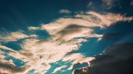 sobre o branco : Time lapse summer dramatic clouds fly across a bright blue sky.