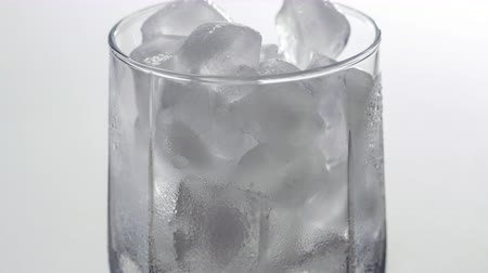 cortiça : Close up time lapse of ice melting in the glass. Macro shot of a cold drink