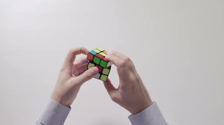 completo : Businessmans hands solving rubiks cube puzzle. Puzzle cube, puzzle game, best-selling toys.
