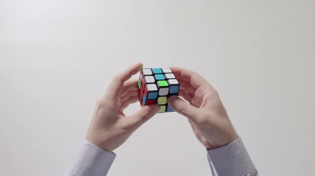 çözme : Businessmans hands solving rubiks cube puzzle. Puzzle cube, puzzle game, best-selling toys.