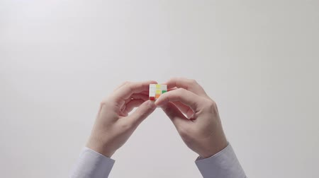 lógica : Businessmans hands solving rubiks cube puzzle toy. Puzzle cube, puzzle game, best-selling toys.