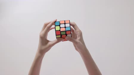 completo : Childs hands solving rubiks cube puzzle. Puzzle cube, puzzle game, best-selling toys.