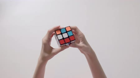 lógica : Childs hands solving rubiks cube puzzle. Puzzle cube, puzzle game, best-selling toys.