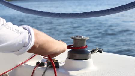 lanoví : Incorrect use a winch on a yacht. Wrong rope laying